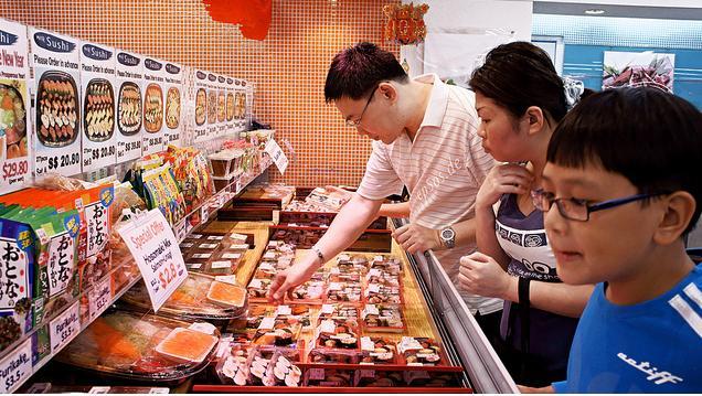 Compradores en una tienda - Fotografía de http://www.flickr.com/people/epsos/