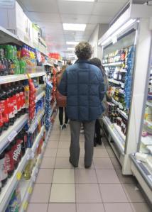 Un supermercado en un pasillo de 15 metros de largo.