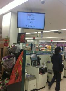 En la tienda se ven otros elementos pensados para clientes con prisa. Aceptan el riesgo de que alguien decida no comprar allí si hay mucha cola!