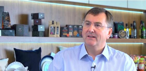 El CEO de Tesco, Philip Clarke, en el video en el que explica los resultados de este año. Esta vez, sin corbata. Fuente Tesco.