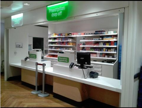 La farmacia de la tienda donde los clientes pueden llevar sus recetas.