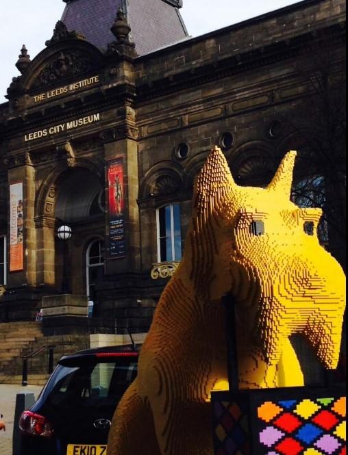 El perro del logo de Netto se ha ido paseando por Leeds estos días. Fabricado con piezas de Lego, otra compañía danesa ilustre.