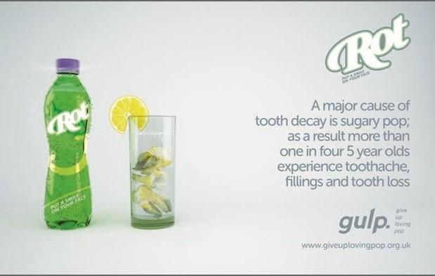 Un vaso lleno de dientes podridos para significar el efecto de las bebidas refrescantes sobre la salud dental.