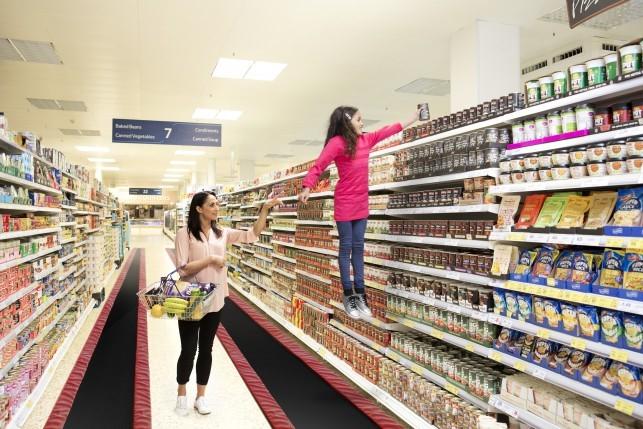 Tesco anunció que en los supermercados ponía camas elásticas para facilitar la compra.
