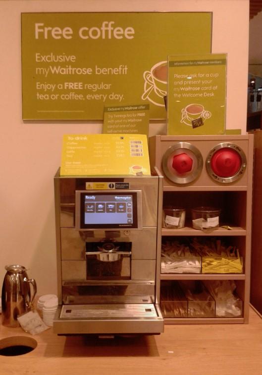 Al entrar en los supermercados Waitrose te encuentras la cafetera.